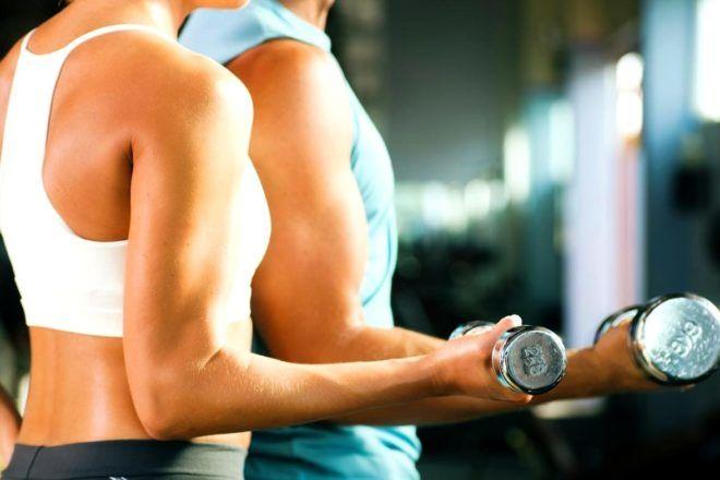 Одной из функций эстрогена в организме является накопление жировой клетчатки в области низа живота и бедер. Иногда избыток эстрогена у женщин и недостаток тестостерона у мужчин приводит к накоплению избыточного веса. Как повысить уровень тестостерона, чтобы похудеть: • Заниматься интенсивными тренировками – через полчаса занятий начинается активная выработка тестостерона. • Мужчинам дополнительно рекомендуют принимать тестостерон, но после сдачи анализов и консультации врача. • Полноценно спать и не перетруждать организм. • Питаться белковой пищей.